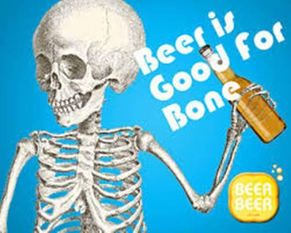 Imagen de un esqueleto tomando cerveza