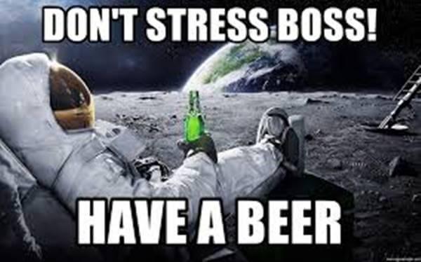 Imagen de un astronauta tomando cerveza