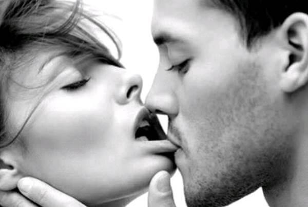 Foto de pareja besándose