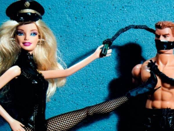 Imagen de una barbie sometiendo a un Ken