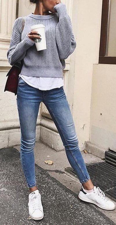 Foto de una de las mujeres en jeans vestida casual