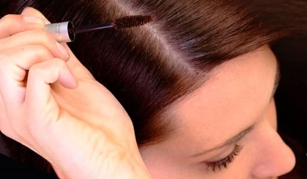 Foto de chica aplicandose producto en el cabello