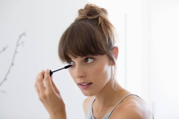 Foto de chica aplicándose el producto
