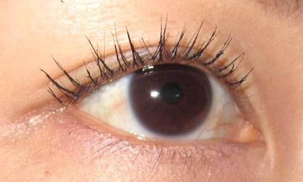 Foto de un ojo con pestañas separadas