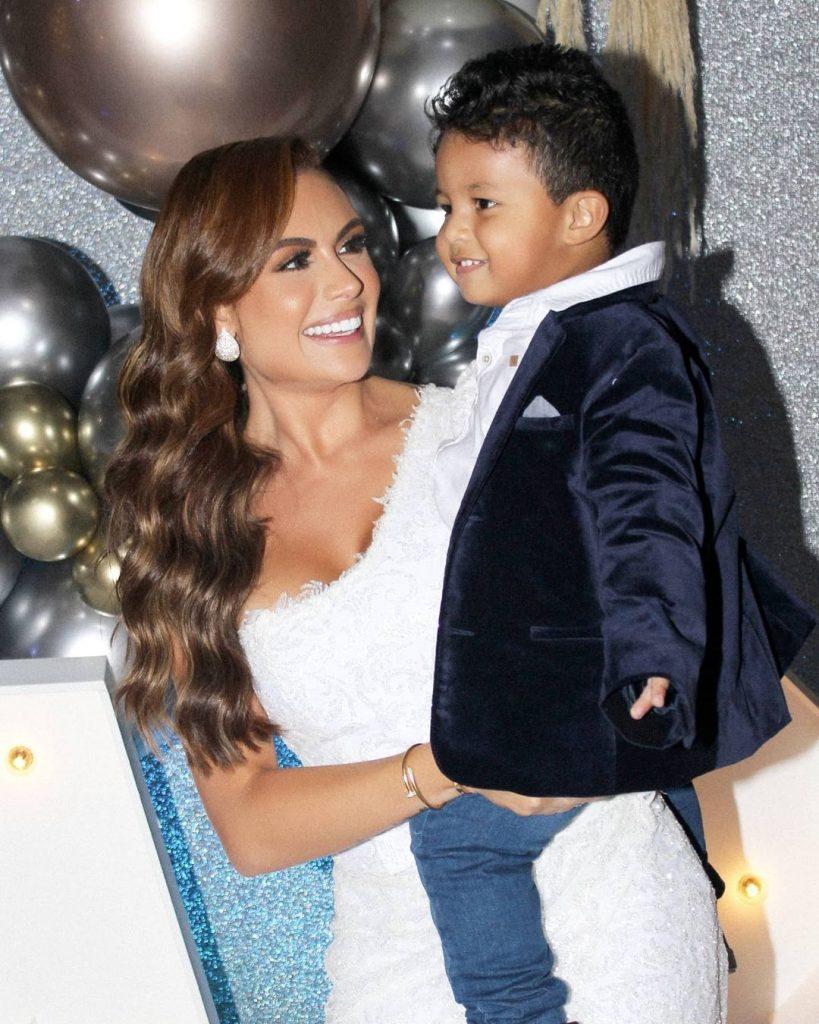 Foto de Sara Uribe en su cumpleaños alzando a su hijo Jacobo