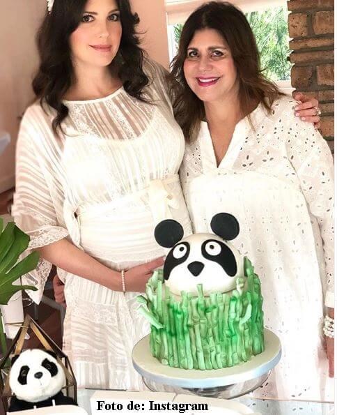 Andrea en su baby shower con su mamá