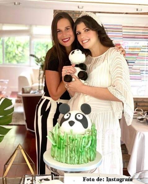 Andrea Noceti en su baby shower con una invitada