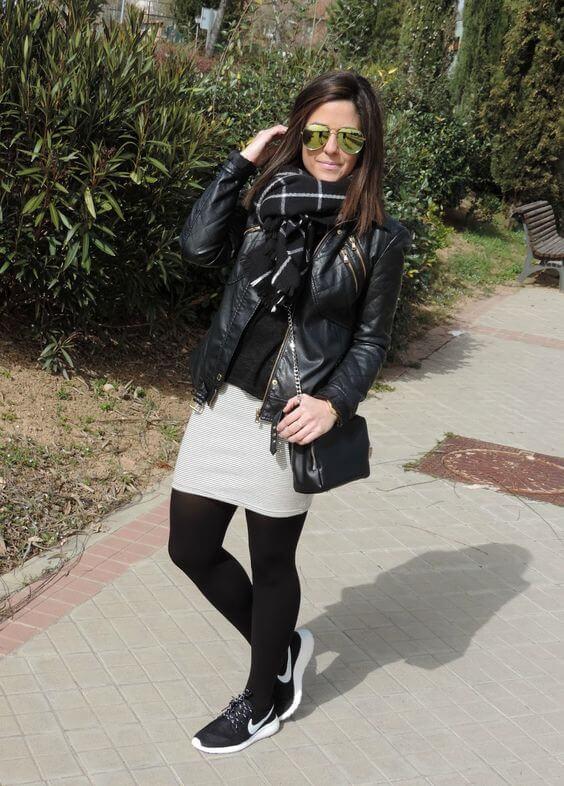 Foto de chica con tenis negros