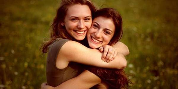 Foto de un par de chicas abrazándose