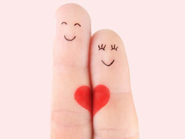 Foto de dos dedos enamorados