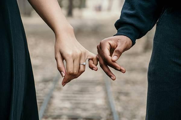 Fot de una pareja tomada de la mano