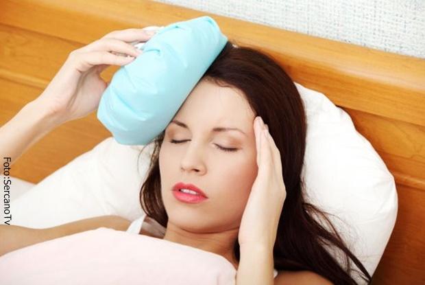 Mujer enferma tomando reposo