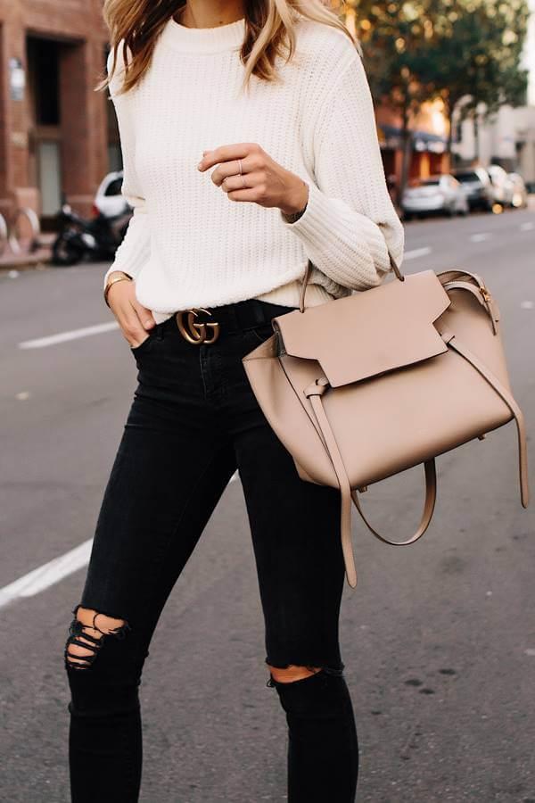 Foto de una chica con eta prenda, buzo y cartera beige