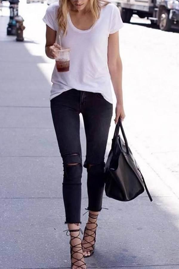 Foto de una chica con pantalón negro roto