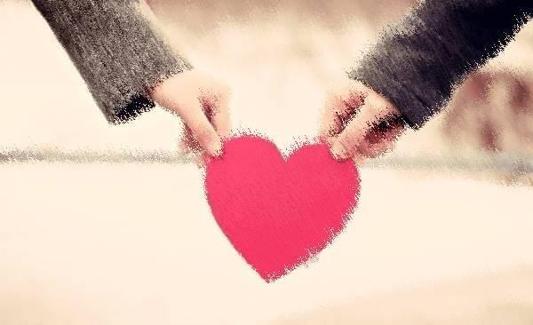 Foto de manos y un corazón