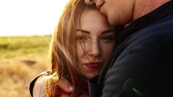 Foto de pareja abrazada