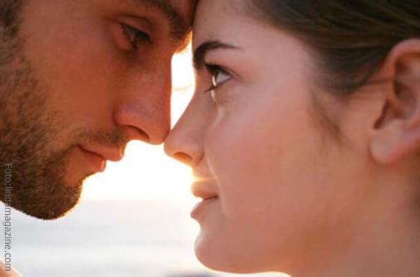 Contacto visual entre una pareja.