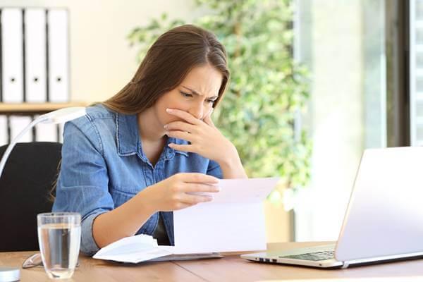 Foto de una mujer leyendo una carta