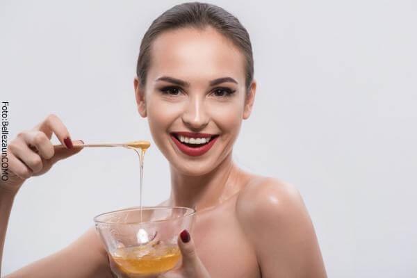 Preparación de la mascarilla de miel en una taza