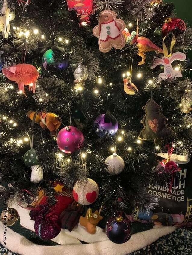 Imagen tomada por la dueña de Lucifer, el gato escondido en el árbol de Navidad