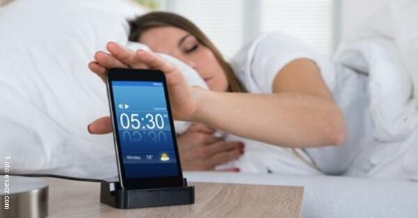 mujer desactivando alarma en el celular.