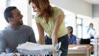¿Beneficios de coquetear en el trabajo? (A tu jefe no le gusta esto)