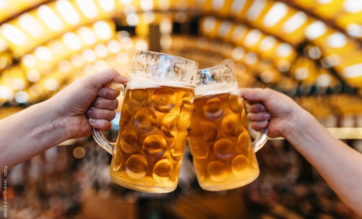 Mujer trata de persuadir a un hombre de suicidarse, ofreciéndole cerveza