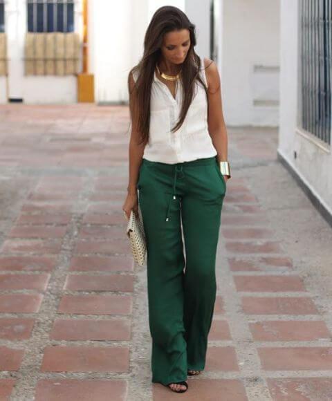 Foto de chica que muestra cómo combinar un pantalón verde con blusa blanca