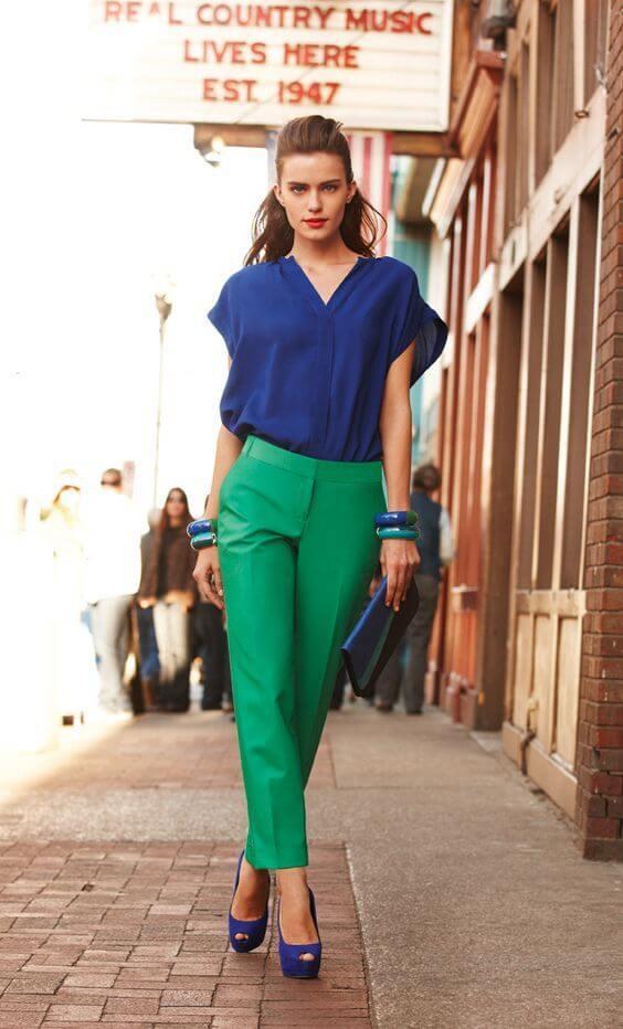 Foto de una chica usando esta prenda y camisa azul