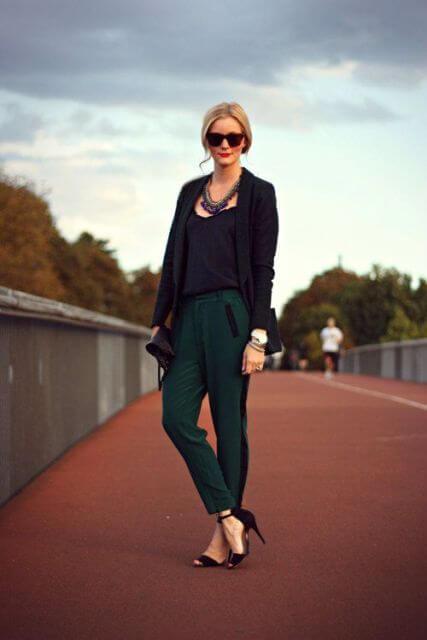 Foto de una chica que muestra cómo combinar un pantalón verde con prendas negras