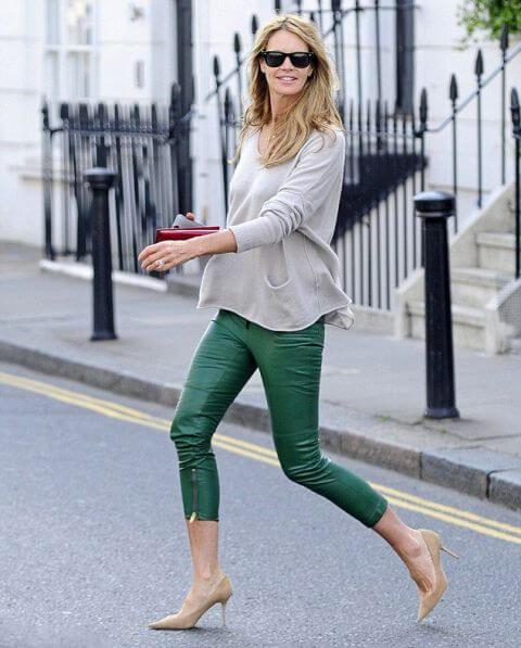 Foto de una chica que muestra cómo combinar un pantalón verde con tonos nude