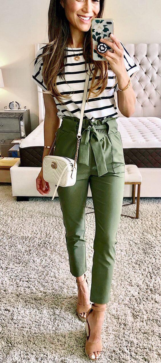Foto de una chica con esta prenda y camisa a rayas