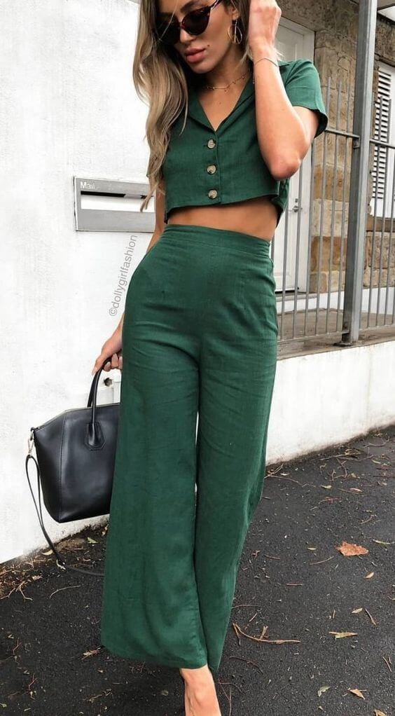 Foto de una chica usando un outfit totalmente verde