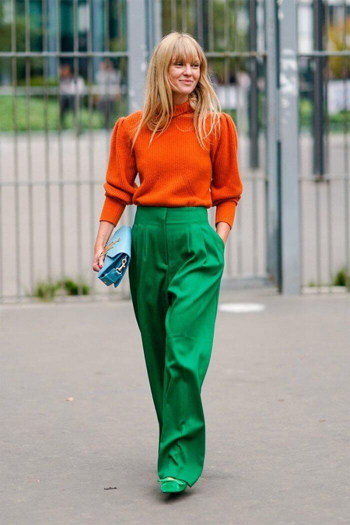 Foto de una chica con esta prenda y un buzo anaranjado