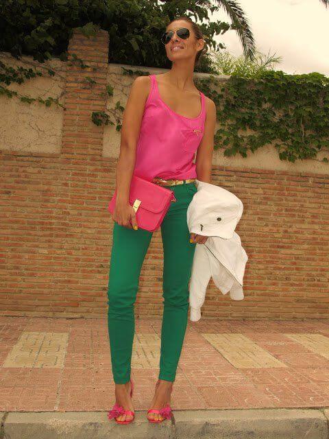 Foto de una chica con esta prenda y top rosado