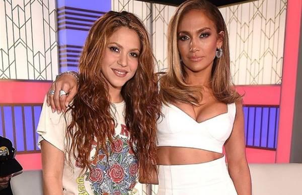 Foto de ambas divas en la rueda de prensa del Super Bowl