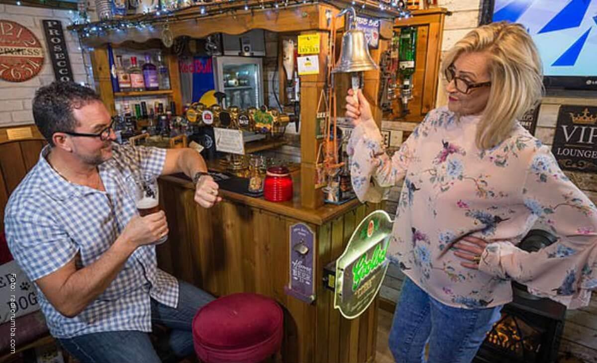 Mujer construyó un bar para su esposo ¡en su propia casa!
