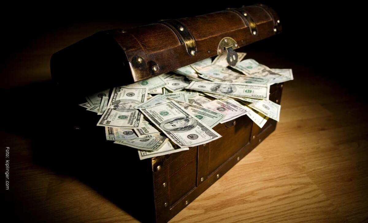 Se encontró ¡43 mil dólares por accidente en un sofá de segunda!