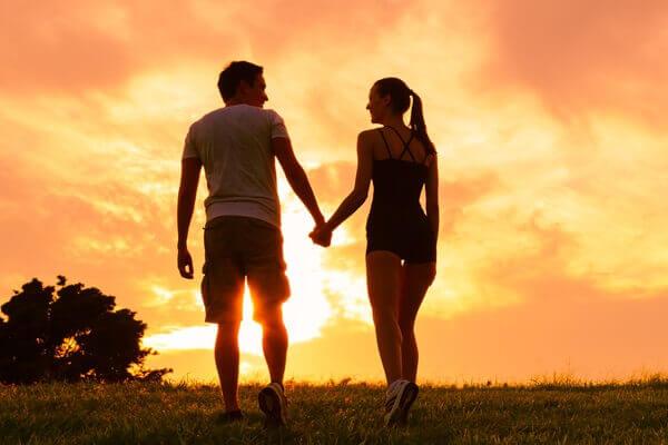 Foto de una pareja tomada de la mano preguntándose si existen las almas gemelas