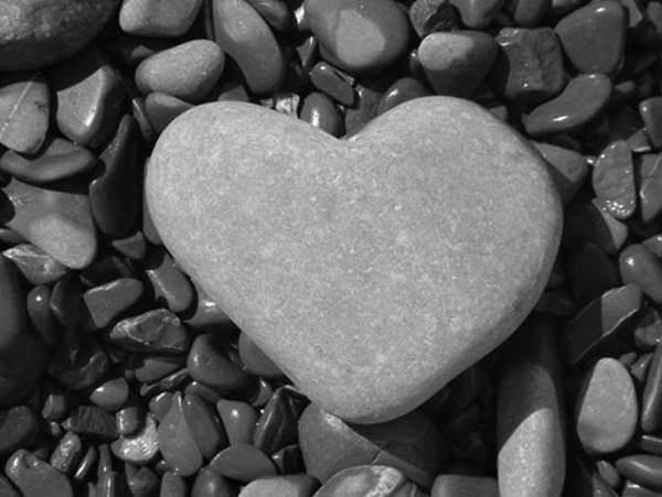 Foto de una piedra en forma de corazón