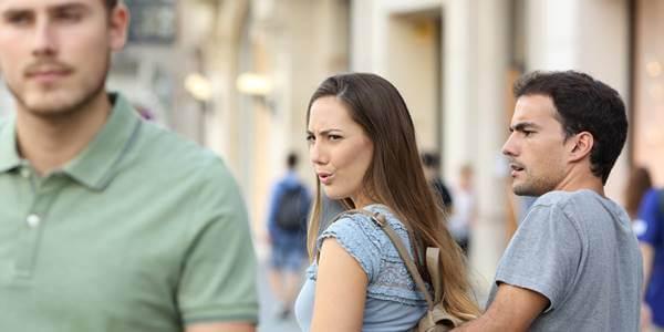 Foto de una chica mirnado a un hombre guapo