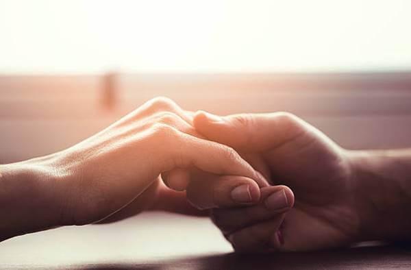En el horóscopo del amor 2020, foto de las manos de una pareja