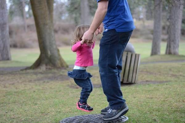 Foto de una niña jugando con su papá