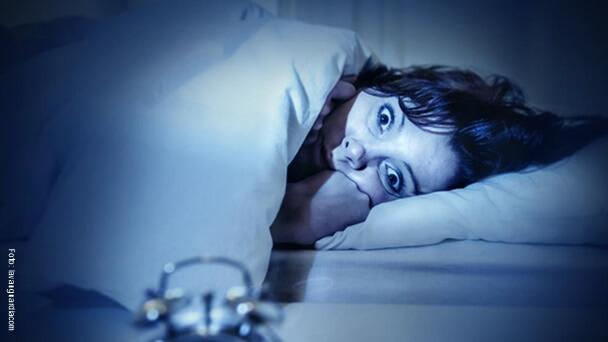 Mujer con miedo a dormir