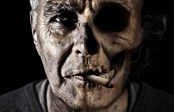 Foto de un hombre enfermo por fumar