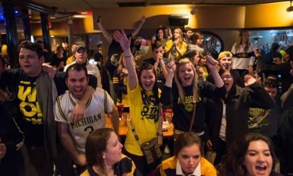 Foto de estudiantes universitarios celebrando