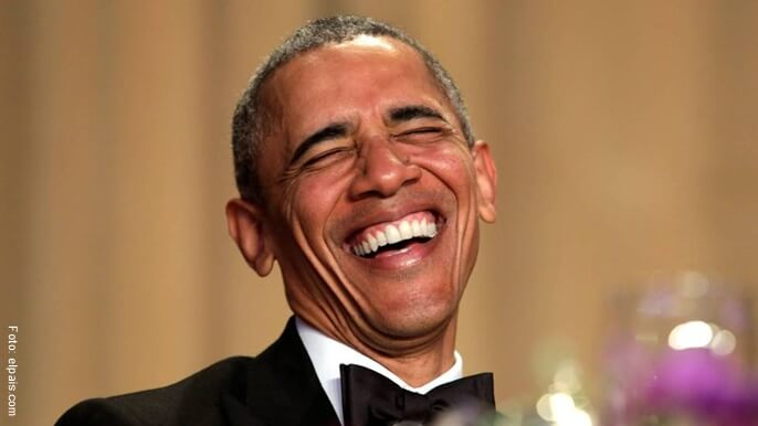 Obama riendo en un evento público.