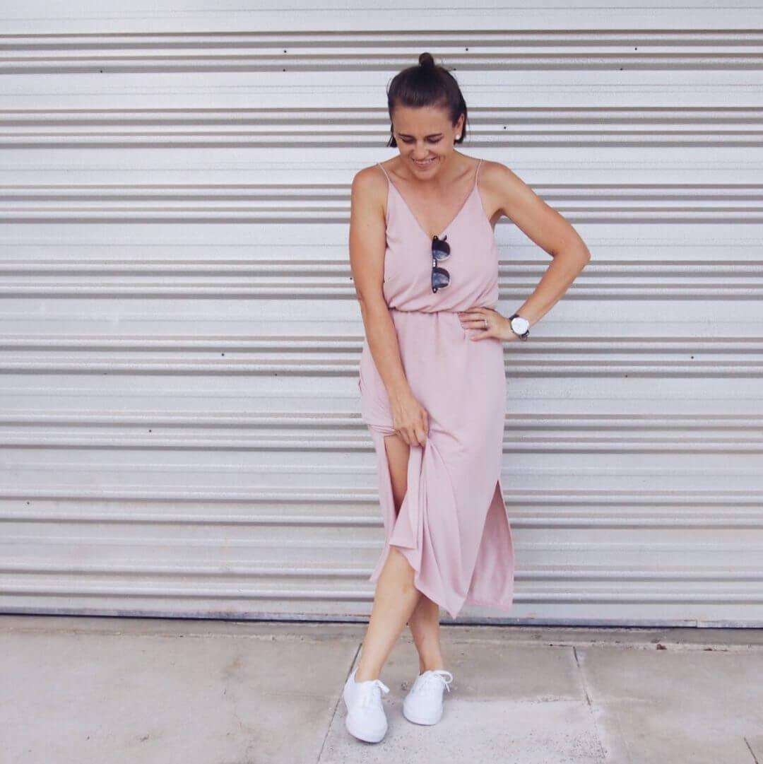 Foto de chica usando vestido nude con este tipo de calzado