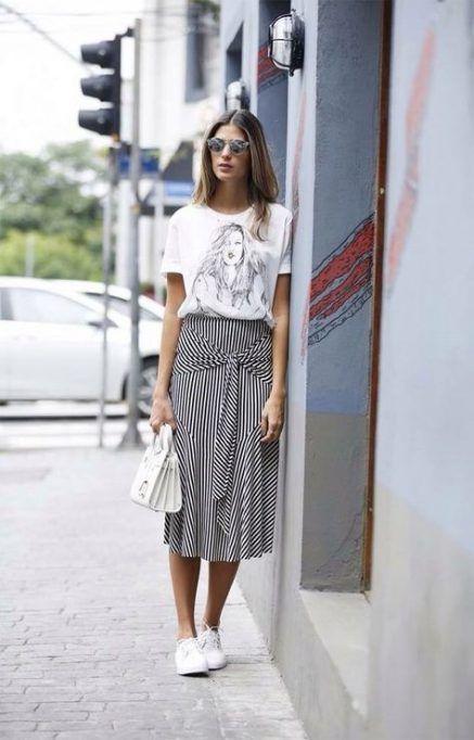 Foto de chica usando falda larga y tenis blancos