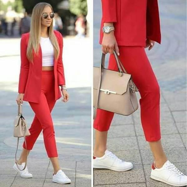 Foto de chica usando conjunto rojo y top blanco